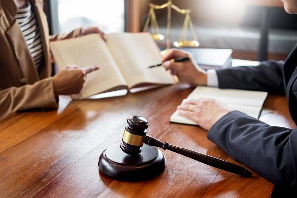 Avvocato nel suo ufficio con un cliente.