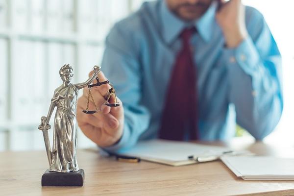 Avvocato al lavoro nel suo ufficio