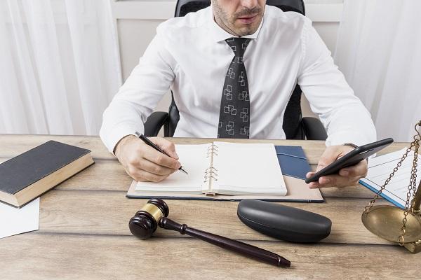 Avvocato durante una consulenza aziendale